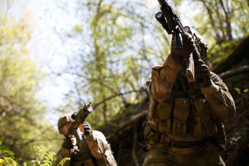 Oficer z pistoletem w lesie obrazy stock