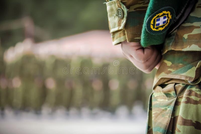Oficera ` s ręki mienia beret podczas ślubowania w Greckim wojsku obrazy stock