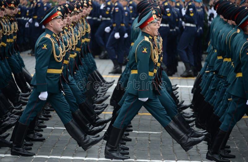 Oficery łącząca ręki akademia siły zbrojne federacja rosyjska podczas parady na placu czerwonym na cześć Vi fotografia stock