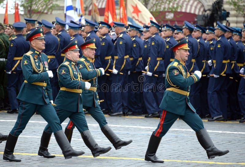 Oficery ??cz?ca r?ki akademia si?y zbrojne federacja rosyjska podczas parady na placu czerwonym na cze?? Vi fotografia royalty free