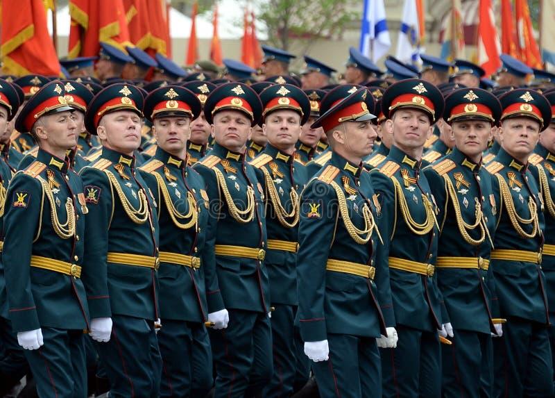 Oficery ??cz?ca r?ki akademia si?y zbrojne federacja rosyjska podczas parady na placu czerwonym na cze?? Vi obrazy royalty free