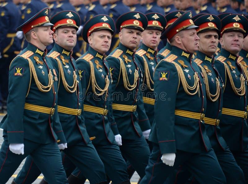 Oficery ??cz?ca r?ki akademia si?y zbrojne federacja rosyjska podczas parady na placu czerwonym na cze?? Vi zdjęcie stock