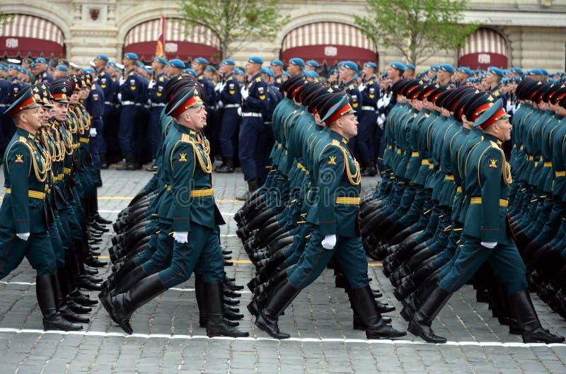 Oficery ??cz?ca r?ki akademia si?y zbrojne federacja rosyjska podczas parady na placu czerwonym na cze?? Vi zdjęcie royalty free