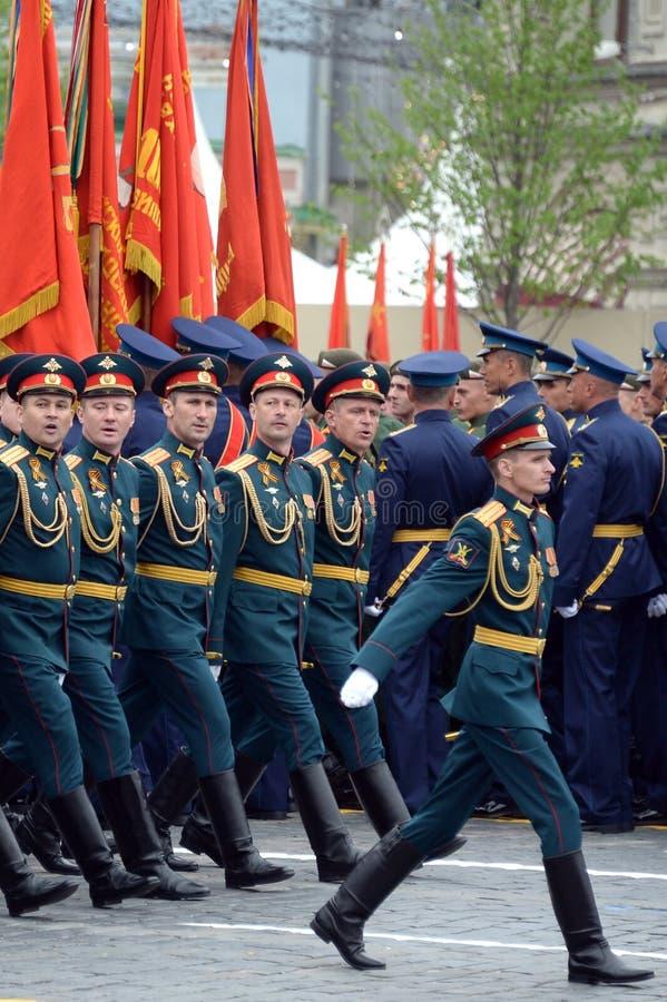 Oficery ??cz?ca r?ki akademia si?y zbrojne federacja rosyjska podczas parady na placu czerwonym na cze?? Vi obrazy stock
