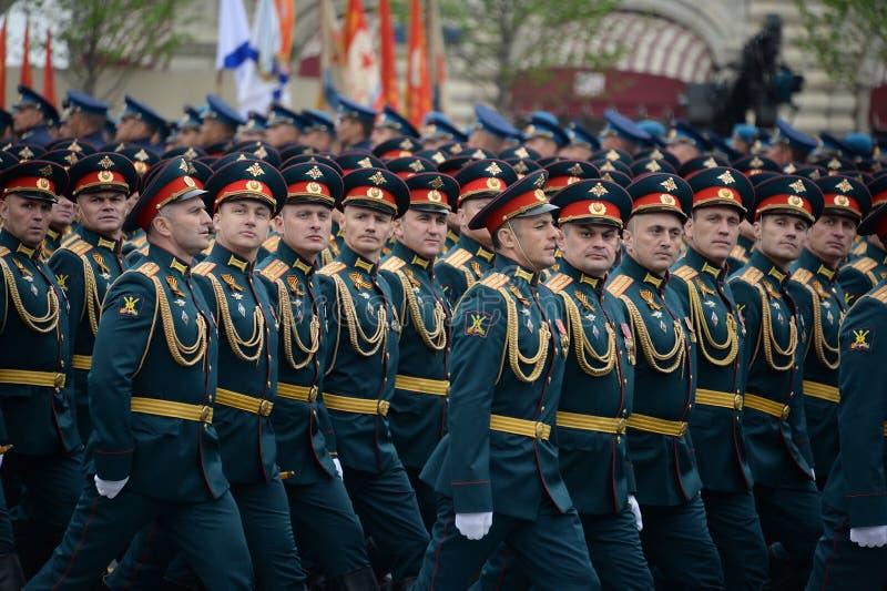 Oficery ??cz?ca r?ki akademia si?y zbrojne federacja rosyjska podczas parady na placu czerwonym na cze?? Vi obraz stock