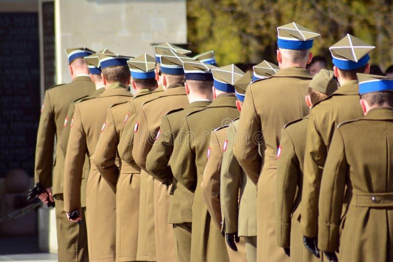 Oficery wojsko w galowych mundurach na paradzie obraz stock