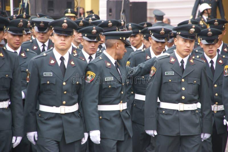 Oficiais de polícia que marcham na parada foto de stock