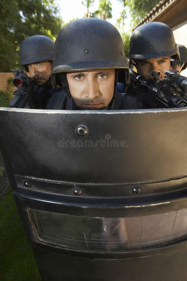 Oficiais do golpe atrás do protetor imagem de stock royalty free