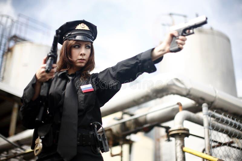 Oficial atractivo que señala el arma fotografía de archivo