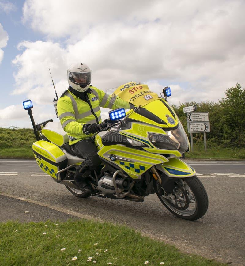 Oficial britânico With The Tour De Yorkshire 2018 do tráfego da motocicleta da polícia foto de stock