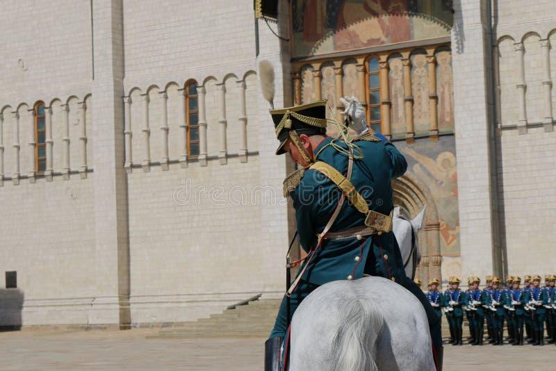 Oficial com a espada assentada em um cavalo imagens de stock