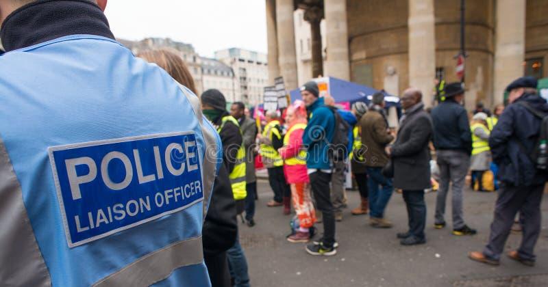 Oficial de enlace de la policía en una demostración de la protesta en Londres central, Inglaterra fotos de archivo