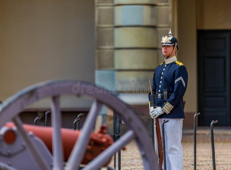 Oficial de las fuerzas armadas de arma del sueco en uniforme en el th exterior de los posts del guardia fotografía de archivo