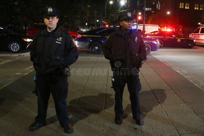 Oficial de NYPD na cena do crime perto de um local do ataque de terror em mais baixo Manhattan em New York fotos de stock royalty free