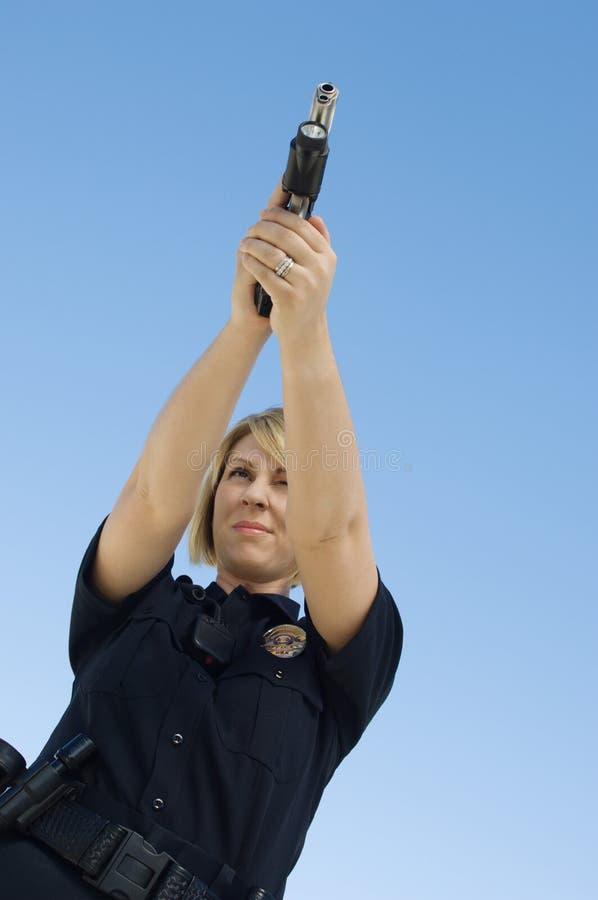 Oficial de policía Aiming Pistol imagenes de archivo