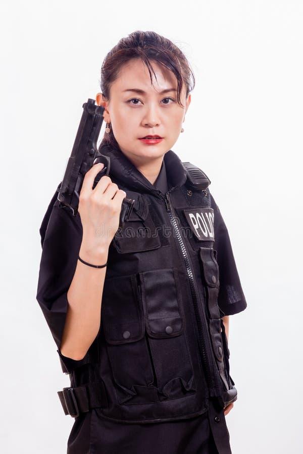 Oficial de policía chino de la mujer que señala la pistola imagen de archivo libre de regalías