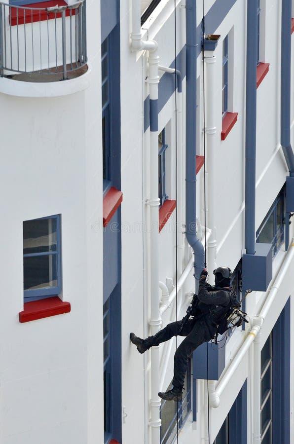 oficial de policía del Contador-terrorismo abseiling un edificio fotografía de archivo