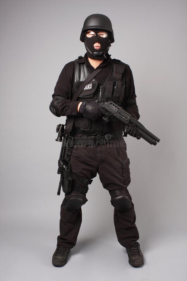 Oficial de policía del GOLPE VIOLENTO fotografía de archivo libre de regalías