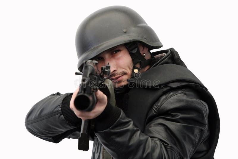 Oficial de policía del GOLPE VIOLENTO en la acción foto de archivo