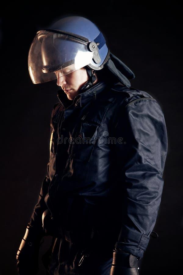 Oficial de policía que desgasta el uniforme protector fotos de archivo libres de regalías