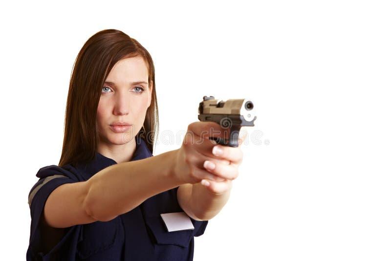 Oficial de Policer que apunta un arma imagen de archivo