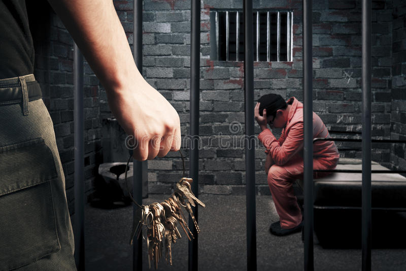 Oficial de prisiones con claves foto de archivo