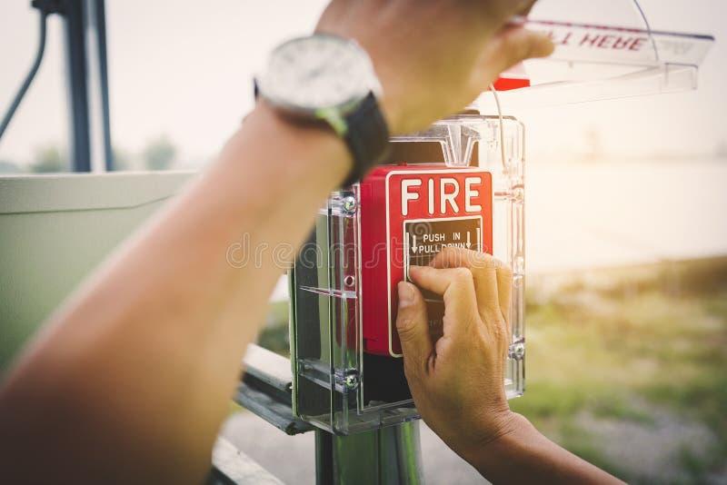 Oficial de segurança que trabalha em verificar o extintor na planta exterior imagens de stock