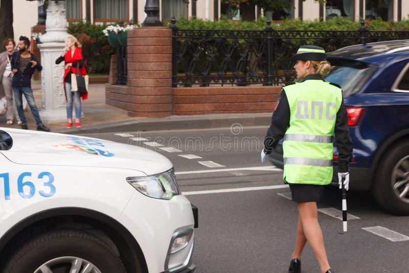Oficial del control de tráfico de la mujer de la policía de la señora que trabaja en el camino fotos de archivo