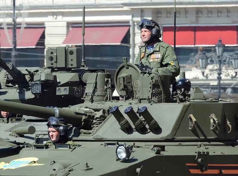Oficial-paracaidista en el vehículo de combate aerotransportado BMD-4M i fotografía de archivo