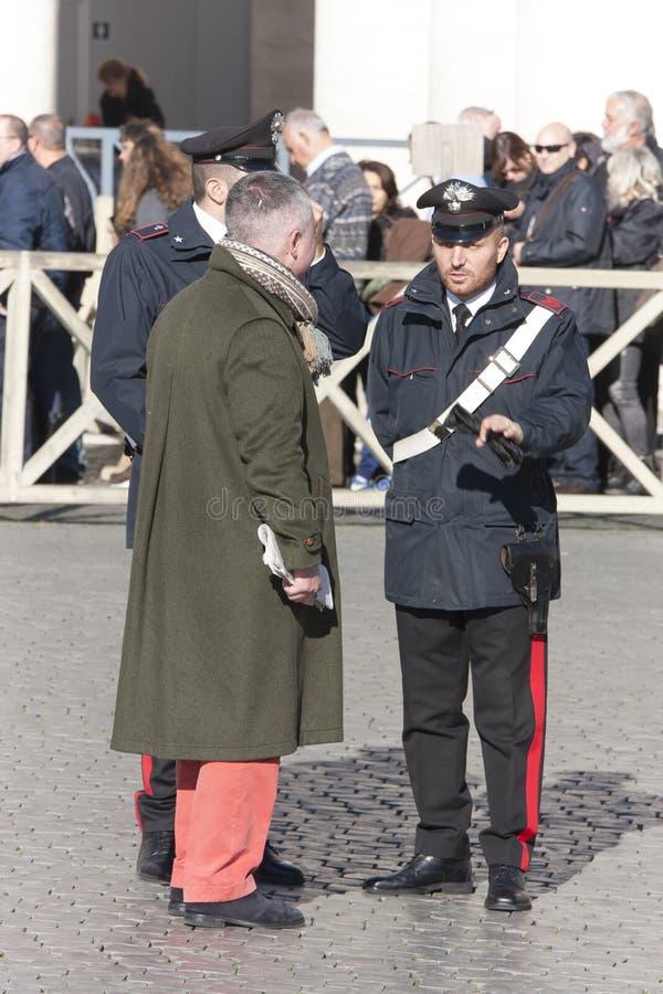 Oficiales de policía (Carabinieri) que hablan con el ciudadano foto de archivo libre de regalías