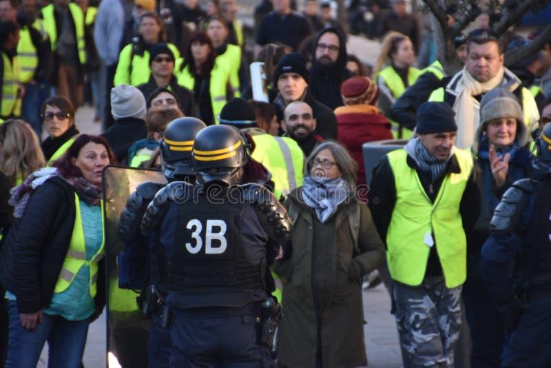 Oficiales de policía con casco en la acción foto de archivo libre de regalías