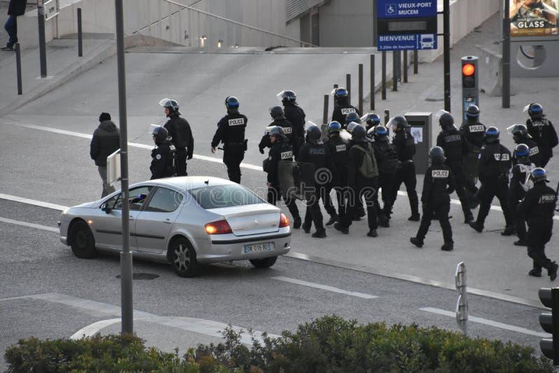 Oficiales de policía con casco en la acción imagen de archivo