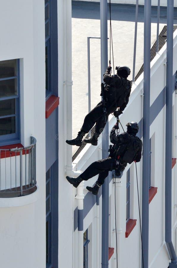 oficiales de policía del Contador-terrorismo abseiling un edificio imagen de archivo