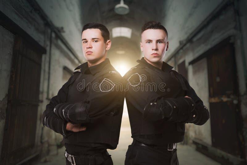 Oficiales de policía en el guardia del concepto de la ley imagenes de archivo