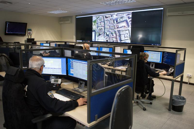 Oficiales de policía en el sitio de centro de control de la vigilancia de par en par imagenes de archivo