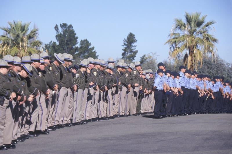 Oficiales de policía en la ceremonia fúnebre, fotos de archivo