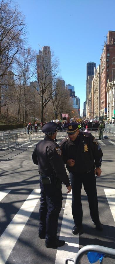 Oficiales de policía, NYPD, marzo por nuestras vidas, NYC, NY, los E.E.U.U. imágenes de archivo libres de regalías