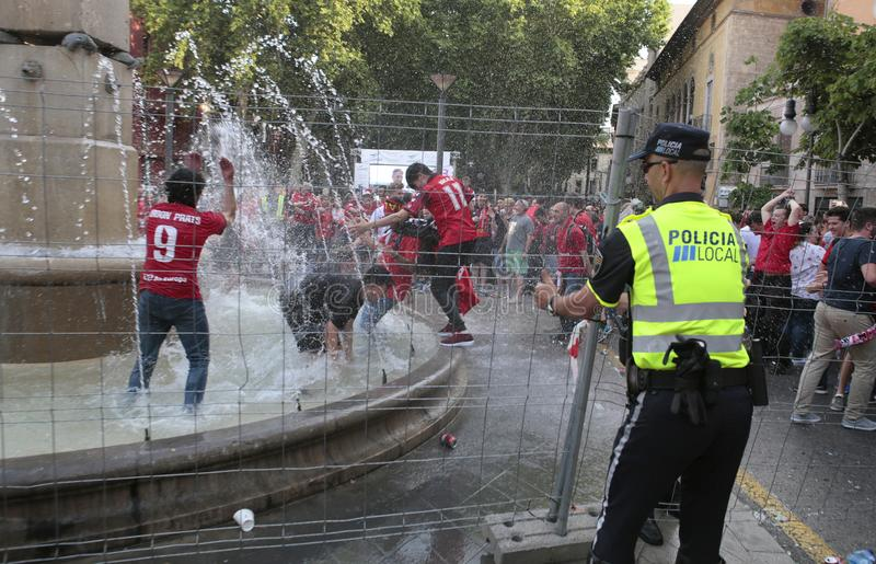 Oficiales de policía que controlan celebraciones de los aficionados al fútbol de Mallorca imagen de archivo libre de regalías