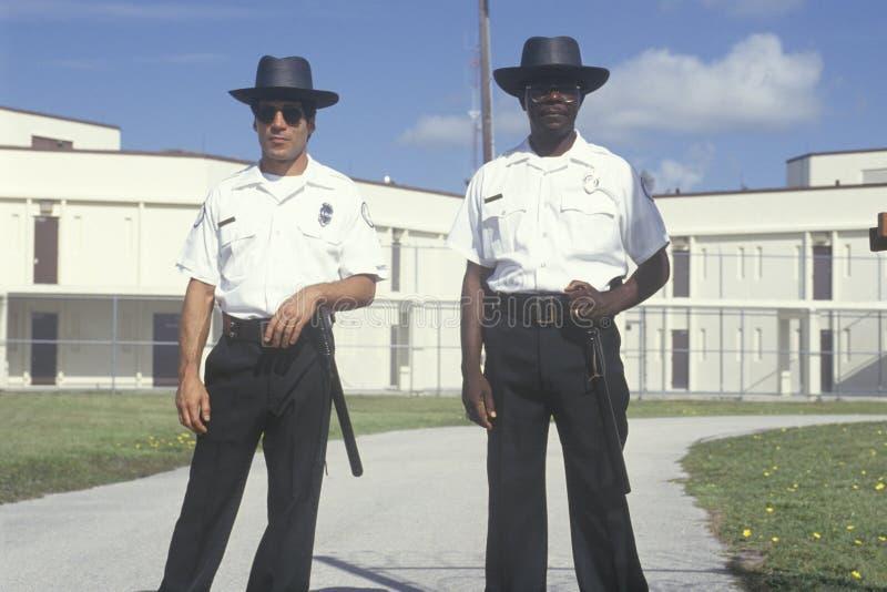 Oficiales de prisiones imagen de archivo