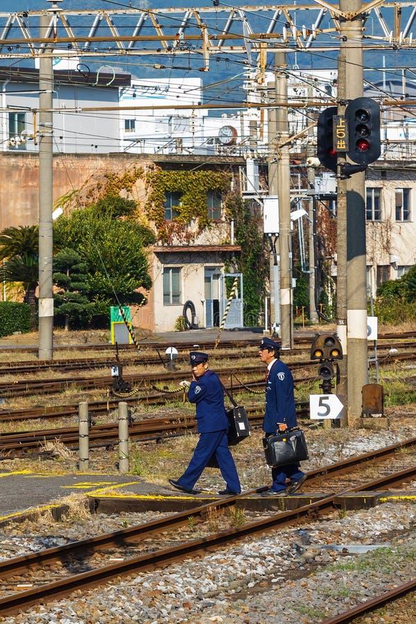 Oficiales fuera de servicio del tren en la estación de Nagasaki imagen de archivo libre de regalías
