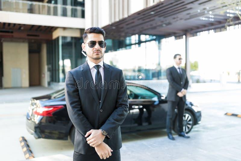 Oficiales que protegen Boss In Car foto de archivo