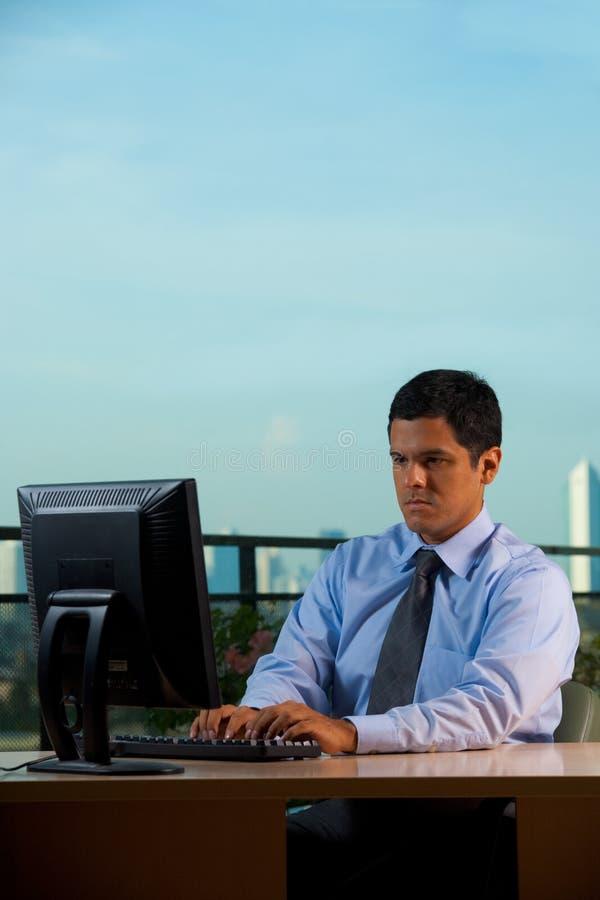 Oficina acertada del hombre de negocios del Latino con la visión imagenes de archivo