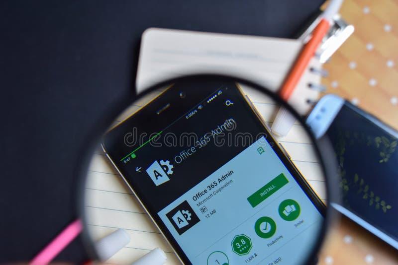 Oficina 365 Admin App con magnificar en la pantalla de Smartphone foto de archivo libre de regalías
