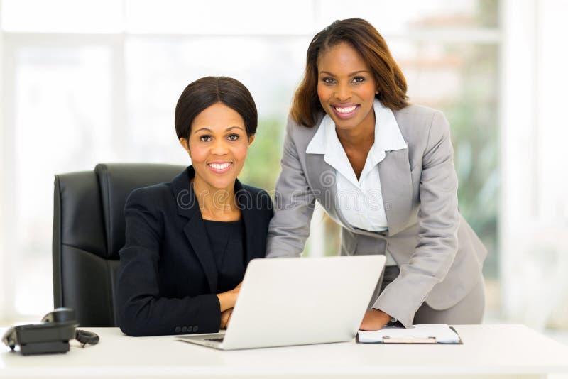 Oficina afroamericana de las mujeres de negocios fotografía de archivo