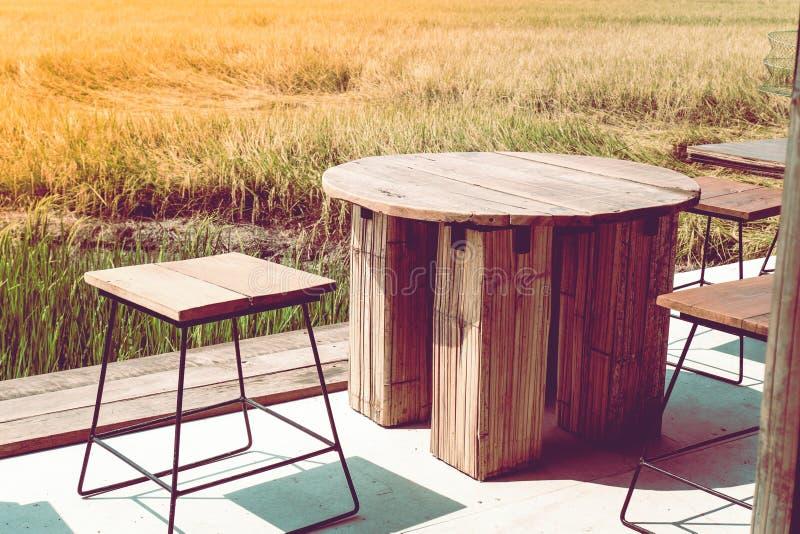 Oficina al aire libre en una forma de vida de oro de la idea del concepto de la hierba entre fondo del trabajo y del viaje de la  fotografía de archivo libre de regalías