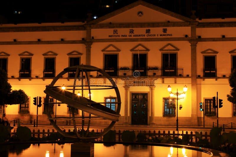Oficina cívica y municipal en la noche, Macao, China de los asuntos imágenes de archivo libres de regalías