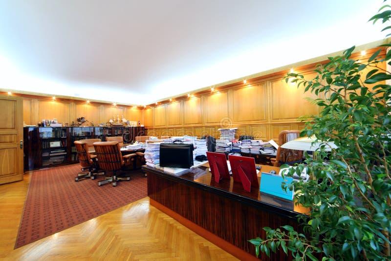 Oficina con los escritorios con muchas carpetas fotos de archivo libres de regalías