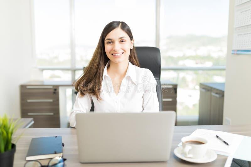 Oficina contenta de Boss Enjoying Work In imagenes de archivo