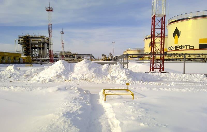 Oficina da preparação e do bombeamento do óleo um tanque com óleo e uma planta da separação do fim Neve do inverno imagens de stock