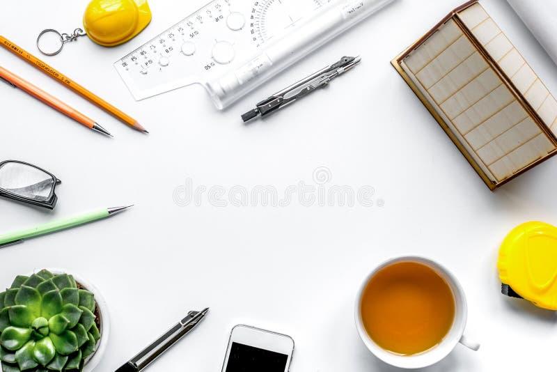 Oficina de arquitecto en concepto de la profesi?n en mofa de la opini?n superior del fondo del escritorio para arriba imágenes de archivo libres de regalías